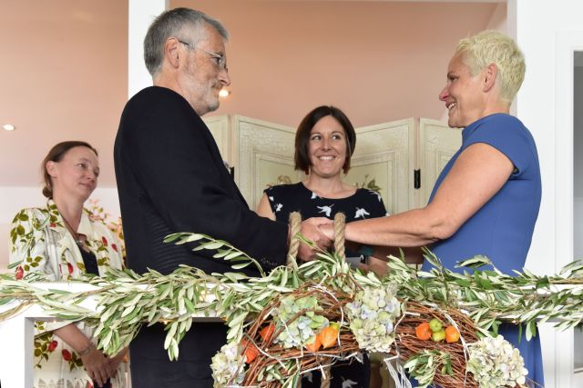 Onie Tibbitt, Scottish Celebrant conducts a beautiful, bespoke Handfasting and Life Partnership Ceremony in Fife.